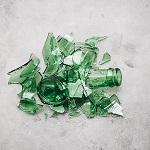 zerbrochene grüne Flasche in Scherben