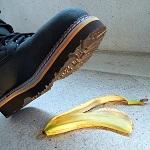 Stiefel tritt auf Bananenschale