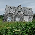 beschädigte Hütte auf einer Wiese, Baumängel