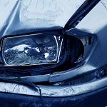 zerdellter Scheinwerfer bei einem Autounfall